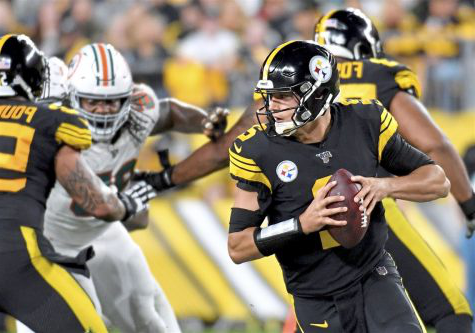 Mason Rudolph rolls out to his right.  Photo: Pittsburgh Post Gazette